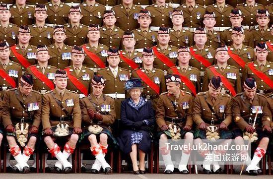 军官穿着传统苏格兰裙与女王合影