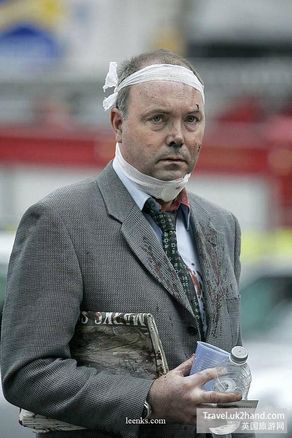 一位普通英国民众应对巨变的表情。 (此图应当是美联社所摄,于伦敦七七爆炸,2005)