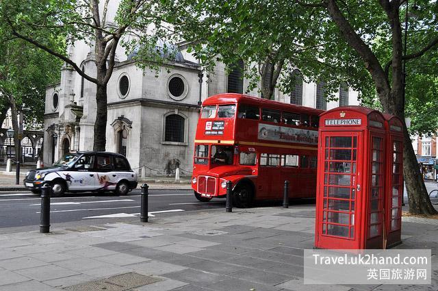 伦敦街头常见的红色电话亭和红色大巴