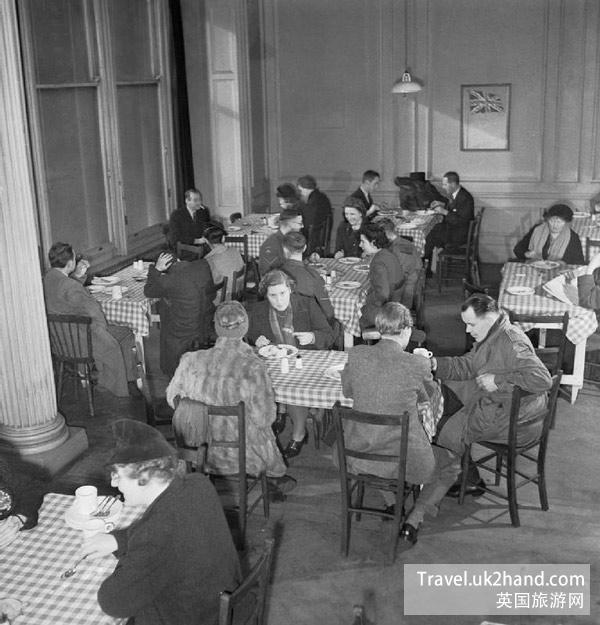 战时的英国餐厅撤消了服务员,这部分劳动力将被用于投入工厂和农田进行再生产。
