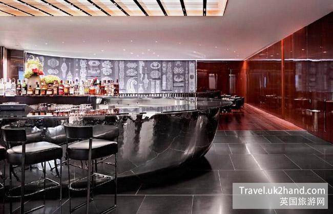 酒店以古老而隽永的银质金属为设计主题