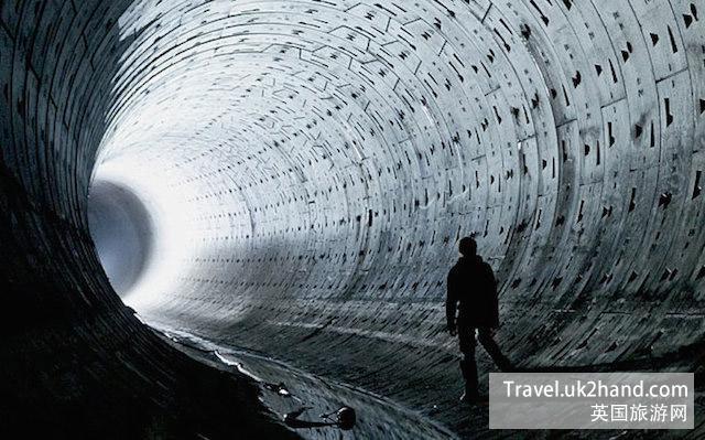 无人使用的地铁隧道通常是这些地下探险家们的行进首选