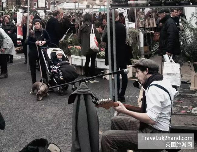 伦敦花市里的街头艺人