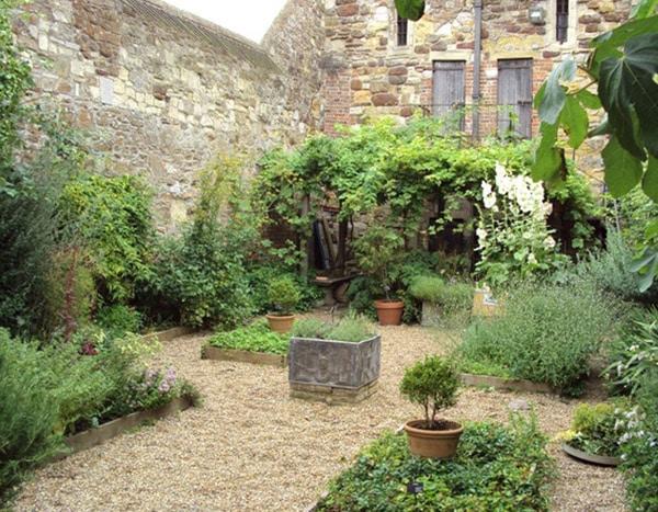 英国 Ypres Tower 的药草花园