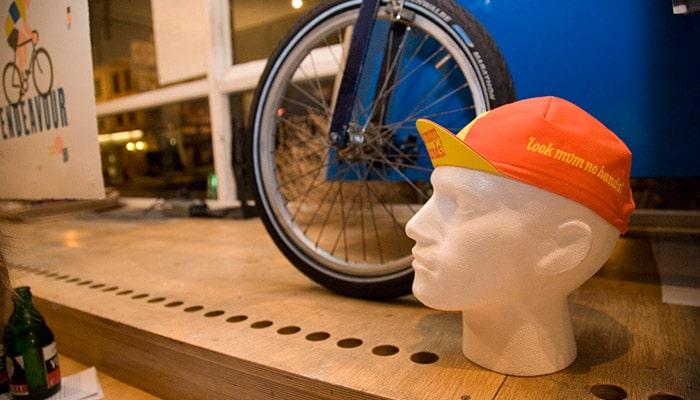卖品:这里不仅卖咖啡,也卖DVD、头盔,还帮忙修车
