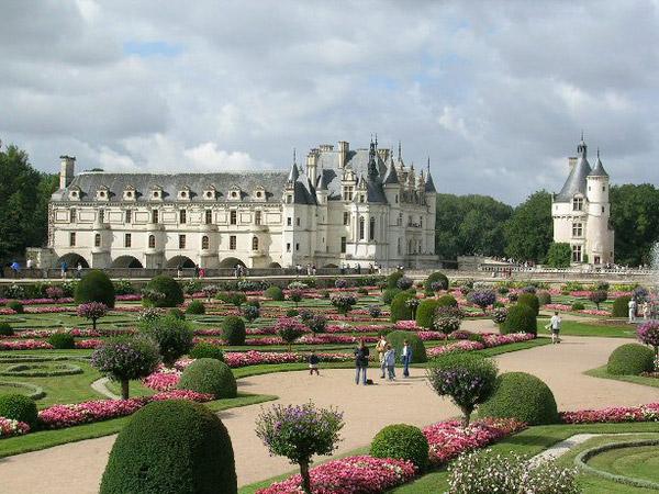 图:文艺复兴时期的典型花园:意式的如兰特庄园 Villa Lante ,法式的如枫丹白露宫 Château de Fontainebleau,舍农索水上城堡 Château de Chenonceau。更大的面积、更开阔的视野、更丰富华丽的观赏性能。