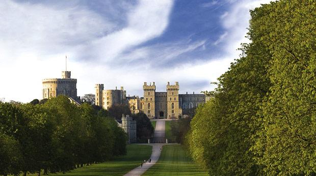 温莎城堡的另一面,远远望着