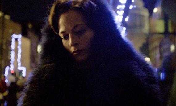 圣诞节Irene在伦敦千禧桥上给夏洛克发短信