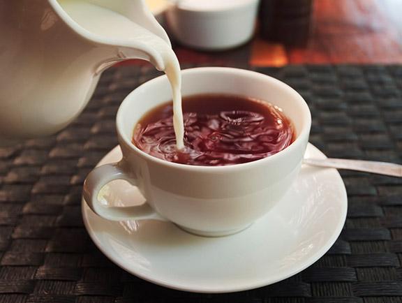 英式下午茶,牛奶倒进咖啡里
