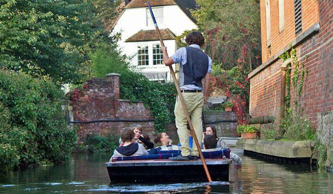 Canterbury Punting Company 在坎特伯雷小河上游船