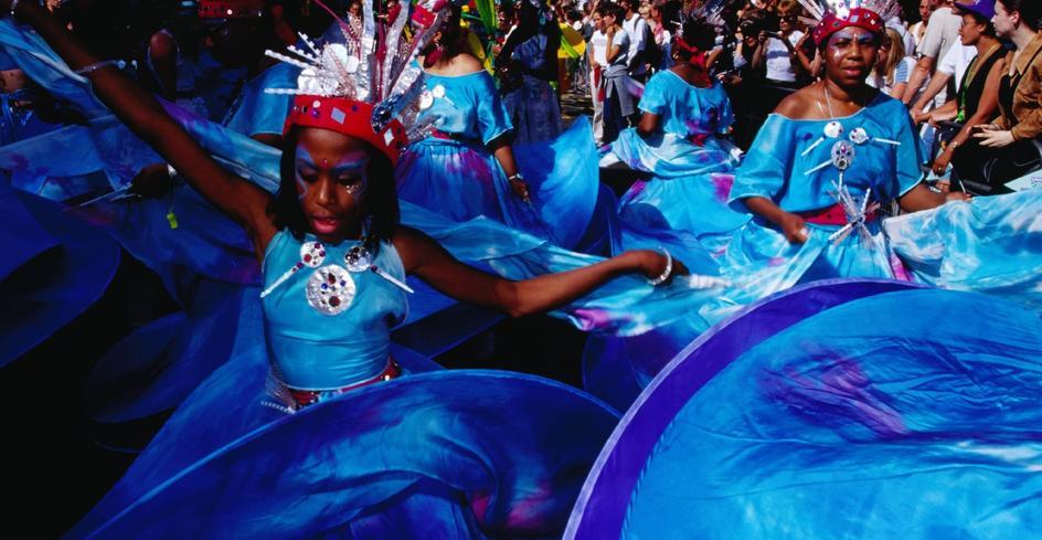 诺丁汉嘉年华上色彩缤纷的舞蹈队伍