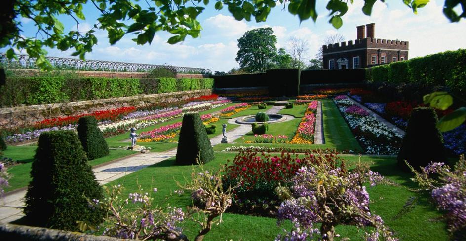 汉普顿宫坐落在美丽的花园中,花园也有几个世纪的历史了