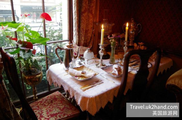 福尔摩斯客厅的餐桌