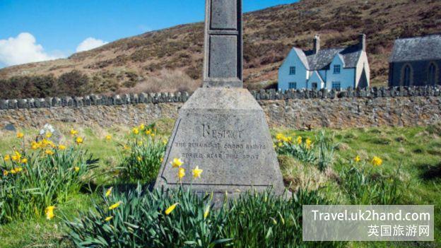 在小礼堂的墓地里,有一段铭文悼念了据说是埋葬于此的两万名圣人