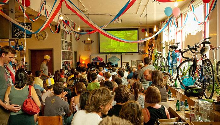 又到了环法季,世界自行车爱好者都聚集在这里看比赛