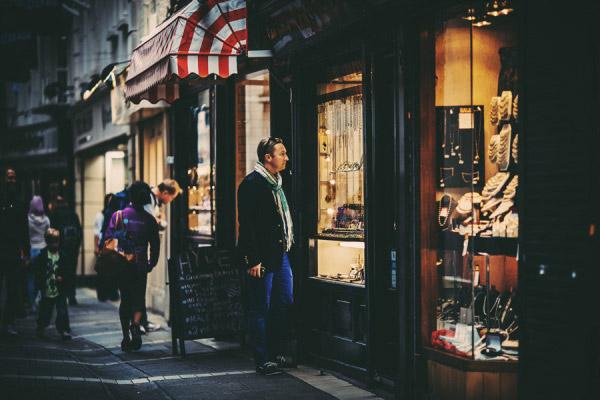 店铺橱窗前,一位男士驻足停留