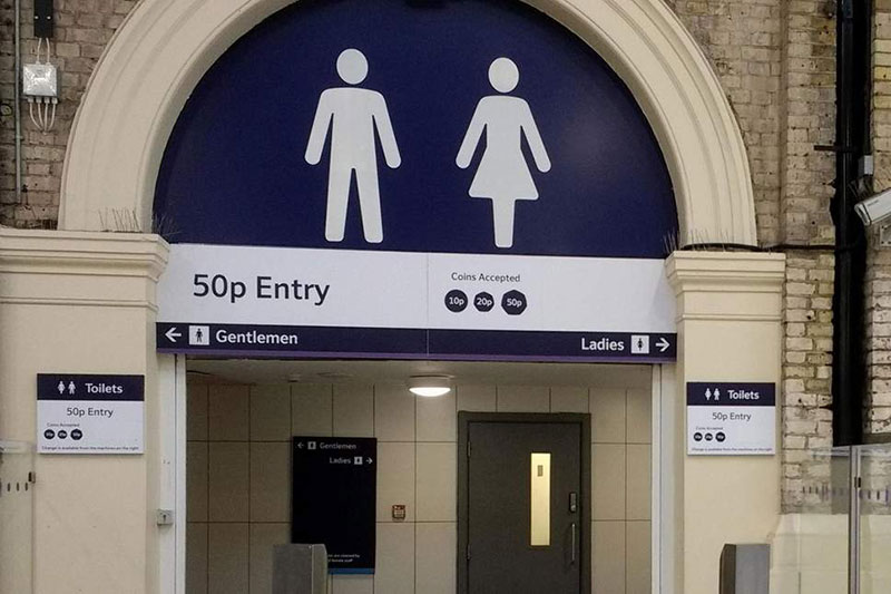 英国火车站的厕所……50P一次