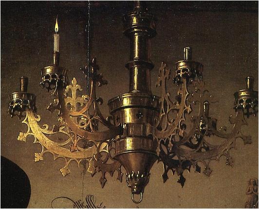华丽的铜制吊灯与被点亮的蜡烛