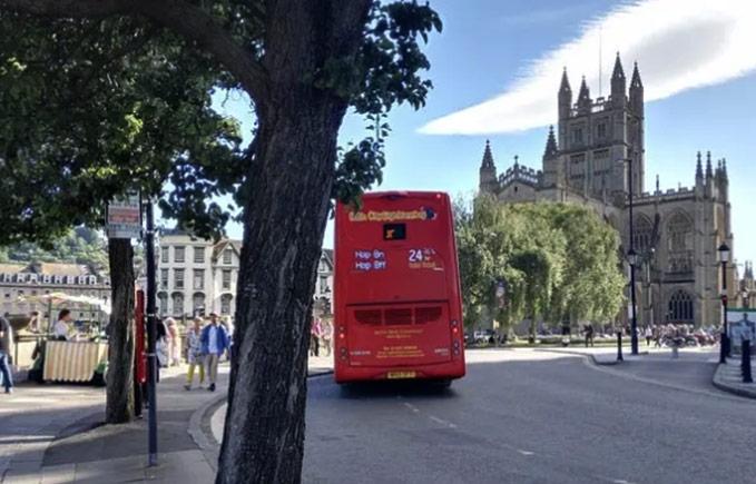 巴斯街头的红色巴士