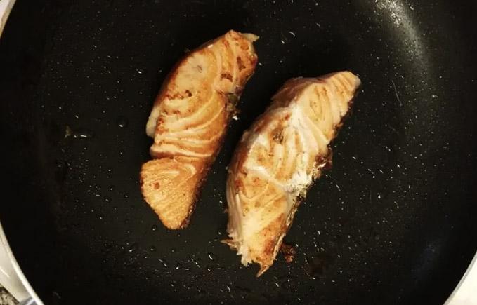在厨房里做三文鱼