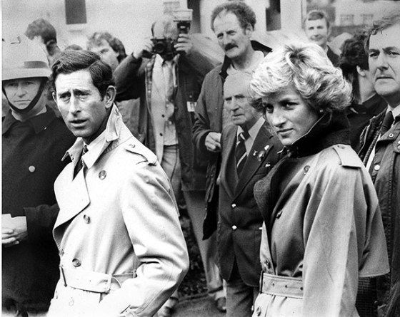 当年查尔斯王子和戴安娜王妃身穿burberry风衣