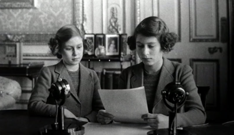 1940 年,伊丽莎白女皇在妹妹的帮助下第一次通过广播进行了演讲