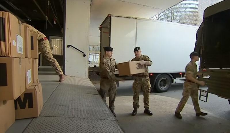 英国军人正在搬运抗疫物资