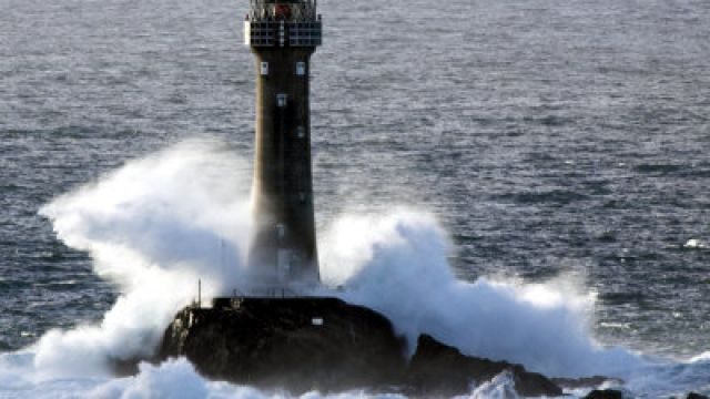 david-clapp-longships-lighthouse-in-huge-swells-at-lands-end-uk.jpg